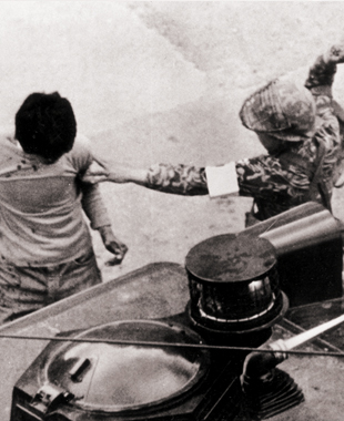 +(십자)완장을 찬 위생병마저 페퍼포그 차량 옆에서 저항의지도 없는 학생을 곤봉으로 힘껏 내려치고 있다.